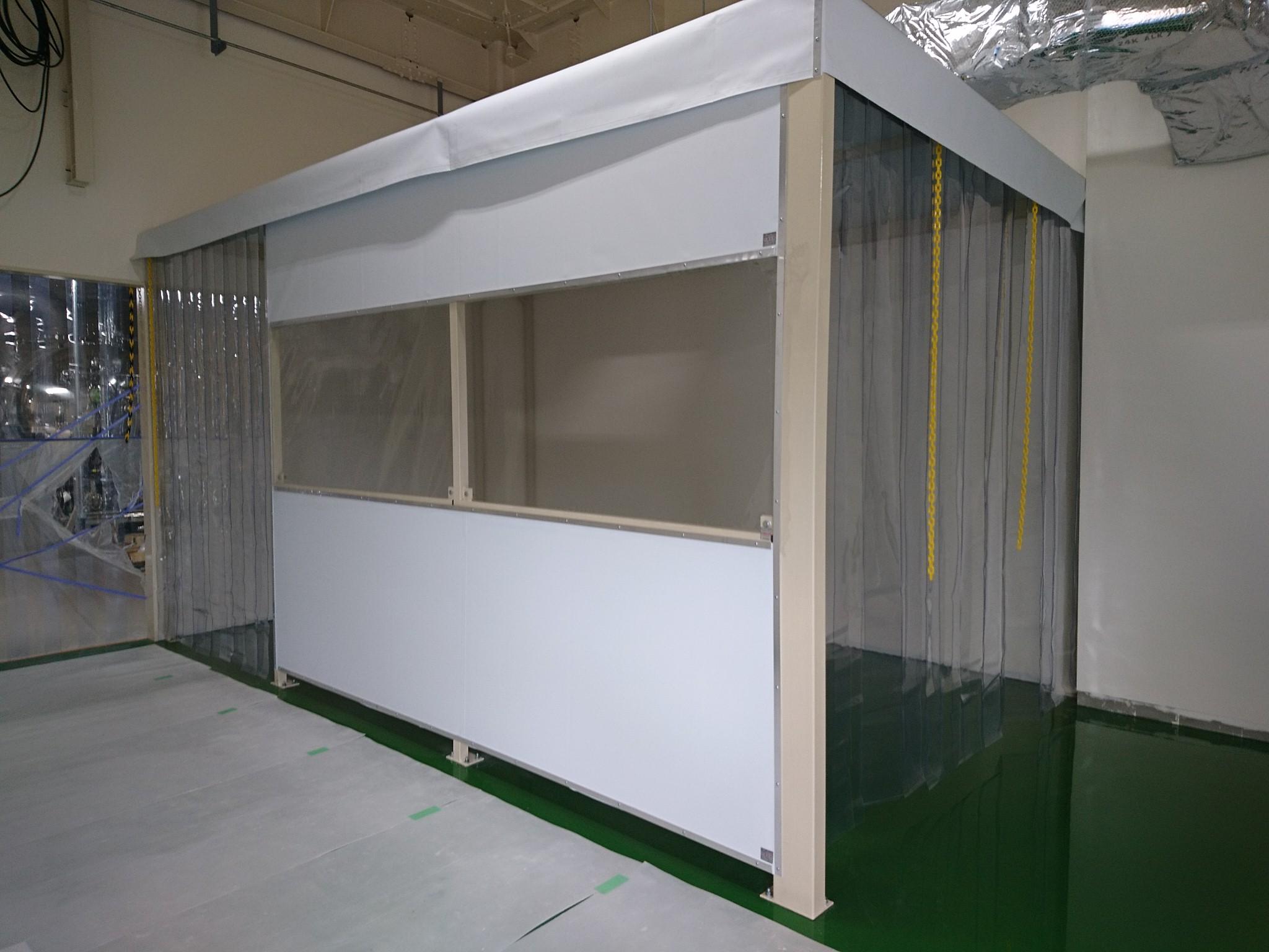 間仕切りブース+のれんカーテン可動式